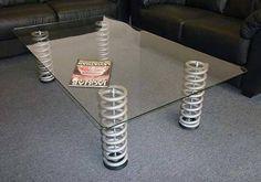 Mesa elegante hecha con amortiguadores.