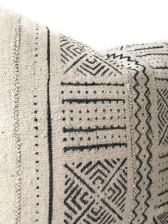 Aesthetic Mudcloth Pillow Will Make Your Living Room Gorgeous - The Urban Interior Designer Pillow, Pillow Design, African Textiles, African Mud Cloth, Hand Weaving, Pillow Covers, Throw Pillows, Blanket, Home Decor