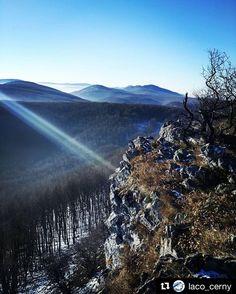 Kto nebol ešte na čiernej skale nemal by váhať stále. Nech ani sekundu neváha výhľad s pocitmi zamáva  .......  #praveslovenske od  @laco_cerny .......... #ciernaskala #malekarpaty #hicking #slovensko #slovakia #mountains #forest #trees #rocks #nature #landscape #winter #snow #hills