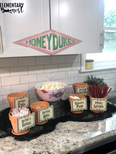Hosting a Harry Potter Party. I recently hosted a Harry Potter Party and wanted to share my favorite Harry Potter Themed Party Ideas here! Check out my Harry Potter Decor Inspiration, Harry Potter Themed Food, andy Harry Potter Themed Games! Harry Potter Snacks, Cumpleaños Harry Potter, Harry Potter Classroom, Harry Potter Halloween, Harry Potter Christmas, Harry Potter Birthday, Harry Potter Themed Party, Fete Audrey, Harry Potter Marathon