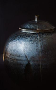 desktop background image of pottery by Koji Kamata (鎌田幸二)  --  Kamada workshop (鎌田幸二の作業場)  --  Kyoto, Japan  --  Copyright 2012 Jeffrey Friedl...