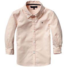 Klasse voor de kleine man. Stijlvol Oxford overhemd in regular-fit. 100% hoogwaardig katoen met button-down kraag, afgewerkt met contrast accent. Hilfiger vlaglogo op de borst, gekleurd stiksel bij het onderste knoopsgat. Maatvoering valt normaal.