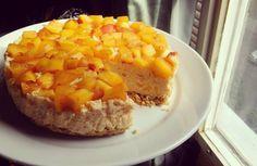 Nepečený tvarohový dortík s broskvemi – zdravý a bez výčitek