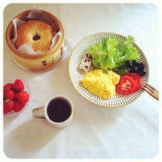 蒸篭でベーグル!ふわふわもちもち♡ベーグル苦手な私もこれなら食べれる♡@osonoooo  あきちゃんあんがとー!!今日の朝ごはんは、スクランブル、野菜、レーズ