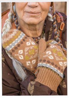 """Fäustlinge """"Cuzco"""" aus Wolle/Alpaka/Polyamid Hübsche Alpaka-Fäustlinge, die für wohlige Wärme sorgen. Das Muster erinnert an Alpakas und die Blumenpracht der Anden. Bequemes Rippenbündchen."""