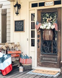 27 Country Cottage Style Kitchen Decor Ideas to Make You Fall in Love with Your Kitchen Again - The Trending House Fourth Of July Decor, 4th Of July Decorations, July 4th, Front Porch Deck, Summer Front Porches, Front Entry, Porch Swing, Primitive Homes, Country Primitive