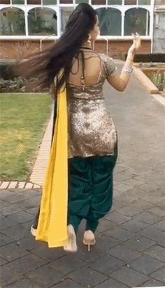 KIRAN DHALIWAL (large-animated-gif!!!) Indian Salwar Suit, Punjabi Salwar Suits, Designer Punjabi Suits, Punjabi Dress, Indian Designer Wear, Pakistani Dresses, Patiala Suit Designs, Kurti Designs Party Wear, Punjabi Fashion