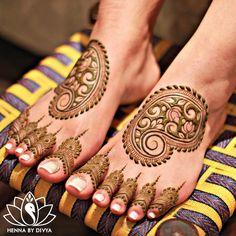 Pretty Paisleys for a pretty bride. 😊 I love doing these simplistic designs, glad Mariam chose to do this! #bridalhenna #hennabydivya…