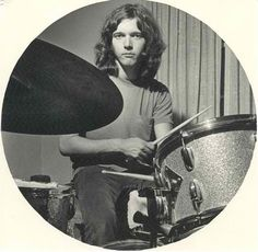 Dennis Elliot (August 18, 1950) American drummer o.a. known from the band Foreigner.