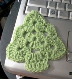 Tw-In Stitches: Granny Christmas Tree-free pattern This is so cute! ~~