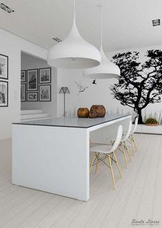 Leuke accessoires kunnen veel toevoegen aan een wit interieur. De muurdecoratie, houten elementen en bruine vazen geven een natuurlijke sfeer aan de kamer.