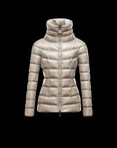 MONCLER GAUDIN  Faites confiance à Moncler pour vous permettre d'affronter le froid avec style. Chic et si réconfortante, cette veste doudoune brillante saura être la note trendy de votre hiver et se portera aussi bien à la ville qu'à la montagne.Techno fabric / Grosgrain / Turtleneck / Two pockets / Zip / Feather down innerComposition:100% PA  €327, Jusqu'à -71%  Acheter maintenant: http://www.monclerfr.com/manteau-court-femme.html