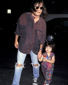 Eddie Van Halen w/ son & future VH bassist, Wolfgang in the early (Pht: Smeal/Wireimage via Rolling Stone. Eddie Van Halen, Van Halen 2, Alex Van Halen, Dad Pictures, Music Pictures, Wolfgang Van Halen, Famous Guitars, Best Guitarist, Bands