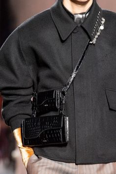 Dior Men Fall 2020 Men's Fashion Show Details Dior Fashion, Men Fashion Show, Mens Fashion, Mens Leather Accessories, Fashion Accessories, Chanel Men, Bags Travel, Leather Men, Leather Totes