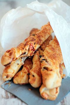 Greek bread sticks with feta cheese & semi-dried tomatoes- Griechische Brotstangen mit Feta & halbgetrockneten Tomaten Greek bread sticks with feta & half-dried tomatoes – treasures from my kitchen. Cheese Snacks, Cheese Appetizers, Appetizer Recipes, Greek Bread, Party Finger Foods, Snacks Party, Queso Feta, Banana Bread Recipes, Dried Tomatoes
