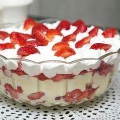 Receita de Pavê de Morango - 1 lata leite condensado , 2 gemas , 1 xícara (chá) de leite , 1 colher (sopa) amido de milho , 1 colher (sopa) essência de baun... Sweet Recipes, Cake Recipes, Dessert Recipes, Menu Simple, I Love Food, Mousse, Food To Make, Delicious Desserts, Panna Cotta