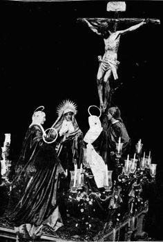 Primitivo paso de misterio de la Hermandad del Calvario de Sevilla, estrenado en 1888, cuando aún residía en la iglesia de San Ildefonso. Holy Week, Concert, Movie Posters, Religion, Movies, Saints, Photomontage, Antique Photos, Blanco Y Negro