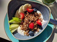 Yoghurt en Kwark zijn goede basisingrediënten bij het ontbijt. Je kunt er echt alle kanten mee op.  Ideaal voor een snel-klaar ontbijt voor drukke ochtenden. Er is een heleboel keuze. Ga maar eens voor het koelschap van de supermarkt staan. Je ziet door de bomen het bos niet. Waar moet je op letten en wat zijn de verschillen tussen yoghurt, kwark, sojayoghurt en vruchtenyoghurt? Acai Bowl, Breakfast, Food, Acai Berry Bowl, Morning Coffee, Essen, Meals, Yemek, Eten