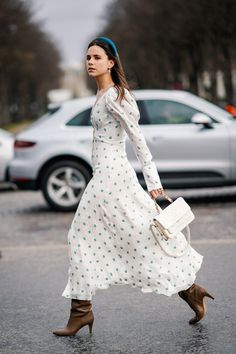 Street Style - Paris Fashion Week Womenswear Fall/Winter : Day Nine Summer Work Outfits, Fall Outfits, Outfit Zusammenstellen, Best Street Style, Fashion Week Paris, Dresses For Work, Summer Dresses, Autumn Dresses, Dresses Dresses
