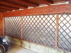 Pannelli frangivento laterali composti da lastre in policarbonato e grigliati a maglia diagonale.