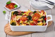 Dette er en oppskrift på en smakfull formrett som hele familien kommer til å elske. I denne gratinerte middagen passer det fint å bruke restemat, som salamipølse, kokt skinke og lignende.