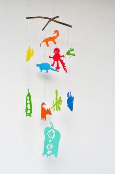 Одна из моих самых любимых вещей в нашем с Ксеней календаре - это мобиль, который получился из Осиных рисунков. Я некоторые из них перевела на цветную бумагу и…