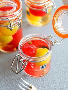 口の中で弾けるトマトのさわやかなジュースと上品な白ワインが美味! 色違いのトマトを使うとおもてなしにピッタリ。1週間くらい保存ができるので事前につくっておくと便利。|『ELLE gourmet(エル・グルメ)』はおしゃれで簡単なレシピが満載!