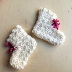 Un semplice tutorial per realizzare dei velocissimi calzini ad uncinetto da neonato taglia 0-3 mesi