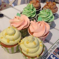 Citron, Hallon, Tutti-frutti & Snickers i butiken idag  #cupcake #lemon #citron #hallon #raspberry #choklad #chocolate #tuttifrutti #snickers #fika #onsdagsmys #lilllördag #göteborg #linné #gbgftw #homemade #hembakat