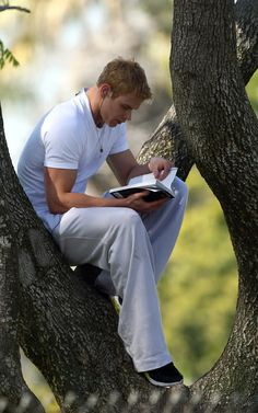 Guys can read on the ground, they can read with no sound, they can read to a bee, they can read in a tree. Kellan Lutz reading to a bee in a tree. Fan Fiction, Celebrities Reading, Guys Read, Hollywood Men, Kellan Lutz, Hommes Sexy, Life Pictures, Book Worms, Beautiful Men