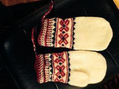 Øst-samiske votter Bonnets, Knitting Socks, Mittens, Ravelry, Scandinavian, Stitches, Mens Fashion, Crafty, Embroidery