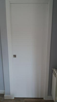 Carpintería interior maciza en tablero de DM lacada en blanco
