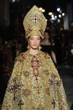 Dolce&Gabbana tổ chức lễ hội, cho đăng quang luôn Hoa hậu trên sàn diễn - Ảnh 6.