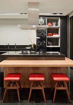 cozinha com ilha em madeira