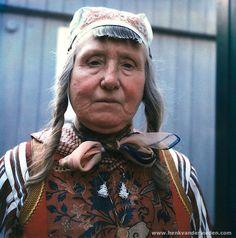 Marken vrouw in klederdracht lichte rouw 1981 (Neeltje Schouten)