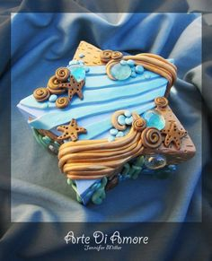 Sunken Treasure... although this is actually a picture of a treasure box. it's also a beautiful inspiration for a beach themed cake
