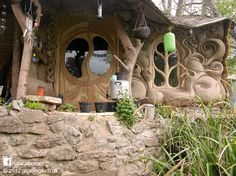 This beautiful tiny cob home sits on the banks of a small stream in Somerset, England. Recently the little stream became a torrent that burst its bank and flooded the house but the stone stem wall protected the cob and straw bales and its drying out. Lisa and Rich built the house with clay from the stream and roundwood Pine and Hawthorne thinned from the local woodlands. More at www.naturalhomes.org