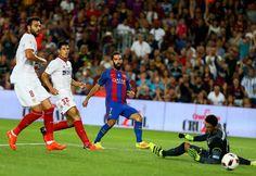 Arda Turan marca el primer gol para el Barça ante el Sevilla.