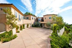 Mariah Carey Rents Huge Mansion in Beverly Hills (EXCLUSIVE) LOCATION: Beverly Hills, Calif. PRICE: $35,000 per month SIZE: 10,337 square feet, 8 bedrooms, 4 full and 4 half bathrooms