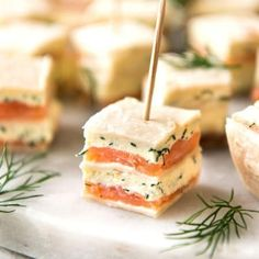 Smoked Salmon Bites (Appetizer) Smoked Salmon Appetizer fantastic for gatherings – no fiddly assembly, served at room temperature, looks elegant and tastes SO GOOD! This smoked salmon appetizer ticks all my boxes for finger food: it& fast to make loads Finger Food Appetizers, Appetizers For Party, Appetizer Recipes, Simple Appetizers, Seafood Appetizers, Christmas Appetizers, Brunch Finger Foods, Brunch Food, Finger Foods For Party