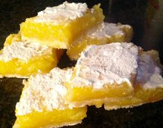 Ben helemaal gek op citroen, dus deze Amerikaanse lemon bars moesten geprobeerd worden. Enne...very simpel en voor herhaling vatbaar. Een heerlijke krokante bodem van shortbread