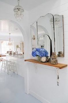 Look at these lovely vintage hallway designs. We present them to inspire you in your creative process. If you have doubts about the design in the hallway Mirror House, Hallway Mirror, Wall Mirrors, Mirror Mirror, White House Interior, Baños Shabby Chic, Hallway Designs, Vintage Mirrors, Yellow Houses