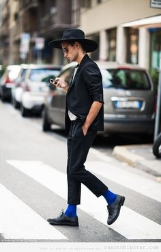 Chico con look hipster, calcetines azules o amish