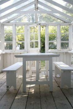 Mooi tuinhuis om op wat koudere dagen toch lekker in het zonnetje te kunnen zitten.