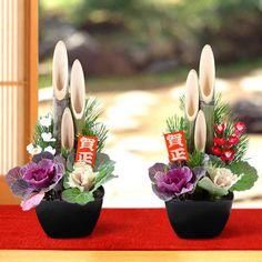 本物の竹を使用した門松で、コンパクトながらもしっかりとした存在感の門松セット。新年に相応しい雰囲気を演出いたします。※12月24日(土)→12月28日(水)のお届けとなります。 Japanese Tea House, Japanese New Year, Ikebana Flower Arrangement, Floral Arrangements, Flower Words, Japanese Flowers, New Years Decorations, Edible Garden, Japanese Culture