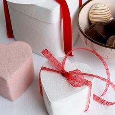Cotton heart boxes in rose and white. Surprise your lover with some sweets! Valentine Decorations, Hang Tags, Boxes, Wall Decor, Gift Wrapping, Packaging, Sweets, Heart, Day