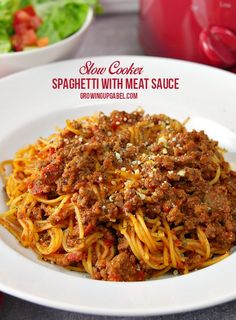 Make easy slow maker spaghetti with homemade spaghetti sauce with meat and angel hair pasta - all made right in your slow cooker. Let the sauce simmer all day long, then add the pasta during the last 30 minutes of cooking for an easy and delicious dinne Easy Spaghetti Bolognese, Slow Cooker Spaghetti Sauce, Homemade Spaghetti Sauce, Spaghetti Recipes, Pasta Recipes, Crock Pot Spaghetti, All Day Spaghetti Sauce Recipe, Dinner Recipes, Recipes