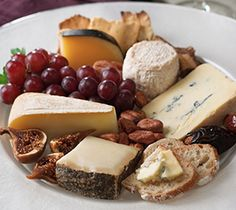 Easy and delicious - create the perfect cheese plate.