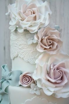 These are the most beautiful flowers on a cake I have ever seen.