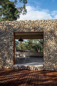 Casa de campo na Serra da Mantiqueira (Foto: Ricardo Labougle) Amazing Architecture, Architecture Details, Wood Architecture, House With Land, Stone Houses, Interior And Exterior, Exterior Design, Outdoor Living, Pergola
